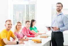 Gruppo di studenti adolescenti che studiano alla lezione nell'aula Fotografia Stock