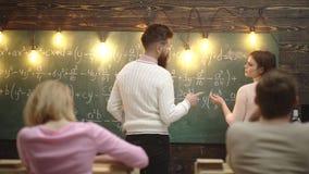 Gruppo di studenti adolescenti e di insegnante alla lezione nell'aula Istruzione, scuola, istituto universitario ed università archivi video