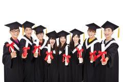 Gruppo di studenti che celebrano graduazione Immagini Stock