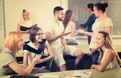 Gruppo di studenti che chiacchierano nell'aula Fotografie Stock Libere da Diritti