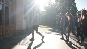 Gruppo di studenti che entrano nella costruzione dell'università archivi video