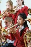 Gruppo di studenti che giocano insieme nell'orchestra della scuola fotografia stock