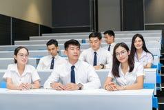 Gruppo di studenti che imparano nell'aula fotografia stock libera da diritti