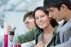 Gruppo di studenti che lavorano all'aula di chimica Fotografia Stock Libera da Diritti