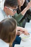 Gruppo di studenti che lavorano all'aula di chimica Immagini Stock