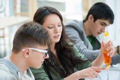 Gruppo di studenti che lavorano all'aula di chimica Fotografie Stock