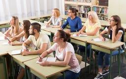 Gruppo di studenti che lavorano nell'aula Immagini Stock Libere da Diritti