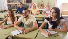 Gruppo di studenti che lavorano nell'aula Immagine Stock Libera da Diritti