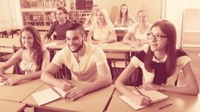 Gruppo di studenti che lavorano nell'aula Fotografia Stock