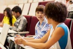 Gruppo di studenti che parlano nel corridoio di conferenza Fotografia Stock