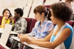 Gruppo di studenti che parlano nel corridoio di conferenza Immagini Stock