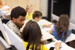 Gruppo di studenti che parlano nel corridoio di conferenza Fotografia Stock Libera da Diritti