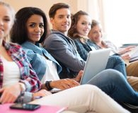 Gruppo di studenti che preparano per gli esami Fotografie Stock