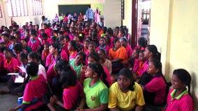 Gruppo di studenti che si siedono e che ascoltano fuori dall'insegnante della macchina fotografica video d archivio