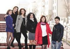 Gruppo di studenti che stanno sulla via fotografie stock