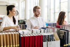 Gruppo di studenti che studiano nella biblioteca Immagini Stock