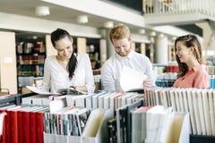 Gruppo di studenti che studiano nella biblioteca Immagine Stock Libera da Diritti
