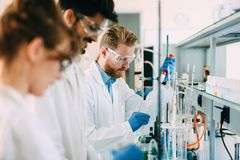 Gruppo di studenti di chimica che lavorano nel laboratorio Fotografie Stock