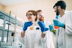 Gruppo di studenti di chimica che lavorano nel laboratorio Immagini Stock
