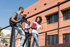 Gruppo di studenti in città universitaria Fotografie Stock Libere da Diritti