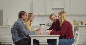 Gruppo di studenti di college che discutono le idee per il progetto stock footage