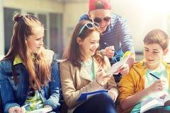 Gruppo di studenti con i taccuini al cortile della scuola Fotografie Stock