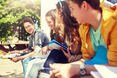 Gruppo di studenti con i taccuini al cortile della scuola Immagine Stock
