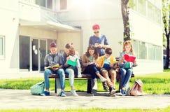 Gruppo di studenti con i taccuini al cortile della scuola Fotografie Stock Libere da Diritti