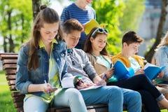 Gruppo di studenti con i taccuini al cortile della scuola Fotografia Stock Libera da Diritti