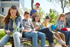 Gruppo di studenti con i taccuini al cortile della scuola Immagine Stock Libera da Diritti