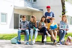 Gruppo di studenti con i taccuini al cortile della scuola Immagini Stock Libere da Diritti