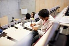 Gruppo di studenti con i taccuini nel corridoio di conferenza Fotografie Stock Libere da Diritti