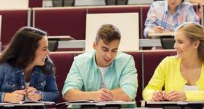 Gruppo di studenti con i taccuini nel corridoio di conferenza Immagine Stock