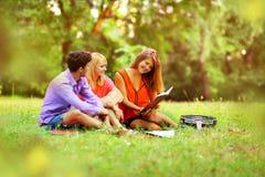 gruppo di studenti con i taccuini in un parco Fotografie Stock