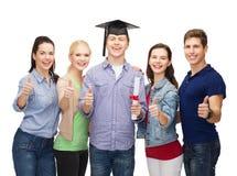 Gruppo di studenti con il diploma che mostra i pollici su Immagini Stock Libere da Diritti