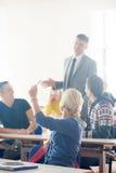 Gruppo di studenti con l'insegnante su classe Immagine Stock