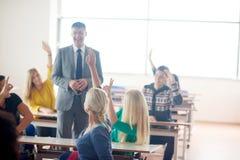 Gruppo di studenti con l'insegnante su classe Fotografia Stock