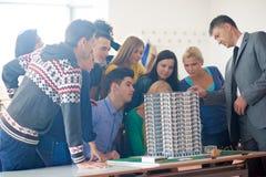 Gruppo di studenti con l'insegnante su classe Fotografie Stock Libere da Diritti