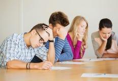 Gruppo di studenti con le carte Immagini Stock
