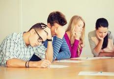 Gruppo di studenti con le carte Fotografie Stock