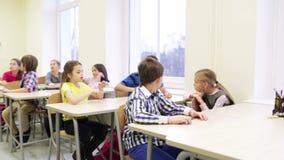 Gruppo di studenti con le penne che si siedono alla scuola stock footage