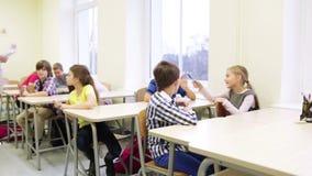 Gruppo di studenti con le penne che si siedono alla scuola video d archivio