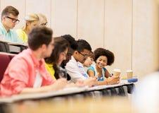 Gruppo di studenti con scrittura del caffè sulla conferenza Fotografia Stock Libera da Diritti