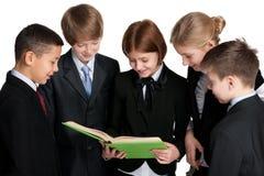 Gruppo di studenti con un libro Fotografia Stock Libera da Diritti