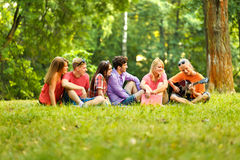 gruppo di studenti con una chitarra che riposa nel parco Fotografia Stock Libera da Diritti