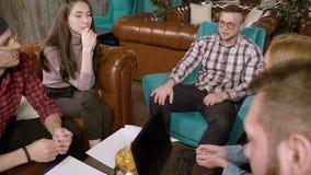 Gruppo di studenti dei giovani che preparano per l'esame nel caffè stock footage
