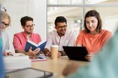 Gruppo di studenti della High School con il pc della compressa Immagine Stock