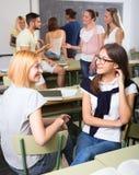 Gruppo di studenti di college in aula Fotografia Stock