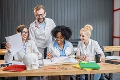 Gruppo di studenti di medicina nell'aula Fotografia Stock Libera da Diritti