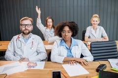 Gruppo di studenti di medicina nell'aula Fotografie Stock